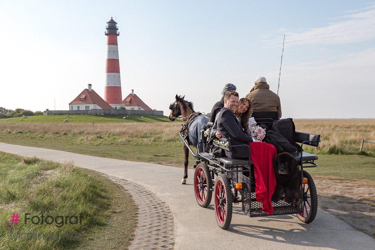 Hochzeitskutsche vor dem Westerhever Leuchtturm # Fotograf Westerhever